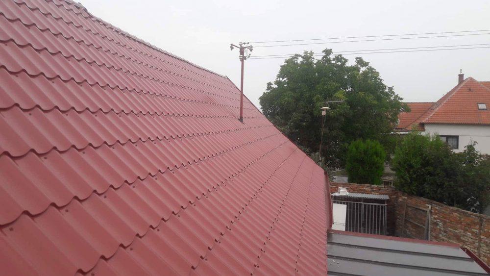 Realizácia rekonštrukcia Brodské – Plechová krytina Blachprofil 2 Alfa Plus červená lesklá