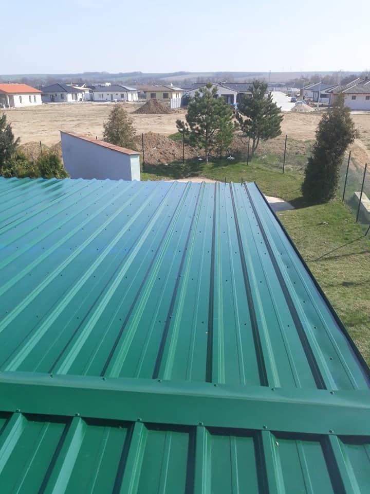 Realizácia rekonštrukcia Senica – Plechová krytina Blachprofil 2 Trapéz T35 XXL zelená lesklá