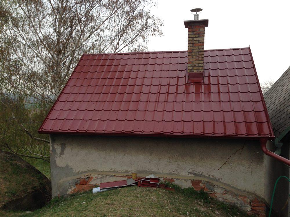 Realizácia rekonštrukcia chata Prietržka – Plechová krytina Blachprofil 2 Beta červená lesklá