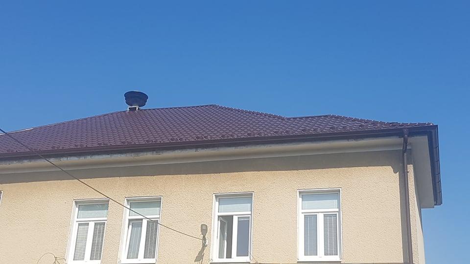 Realizácia rekonštrukcia Obecný úrad Košeca – Plechová krytina Blachprofil 2 Alfa Plus hnedá lesklá